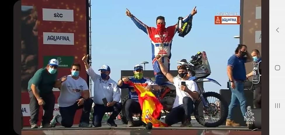 El almuñequero Yayo Carbonell cumple su sueño y termina el Dakar incluso con la moto partida en dos