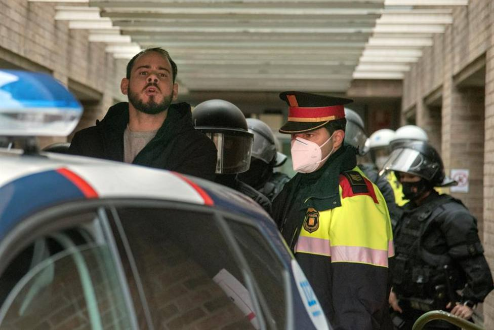 Pablo Hasel en el momento de su detención por los Mossos en febrero