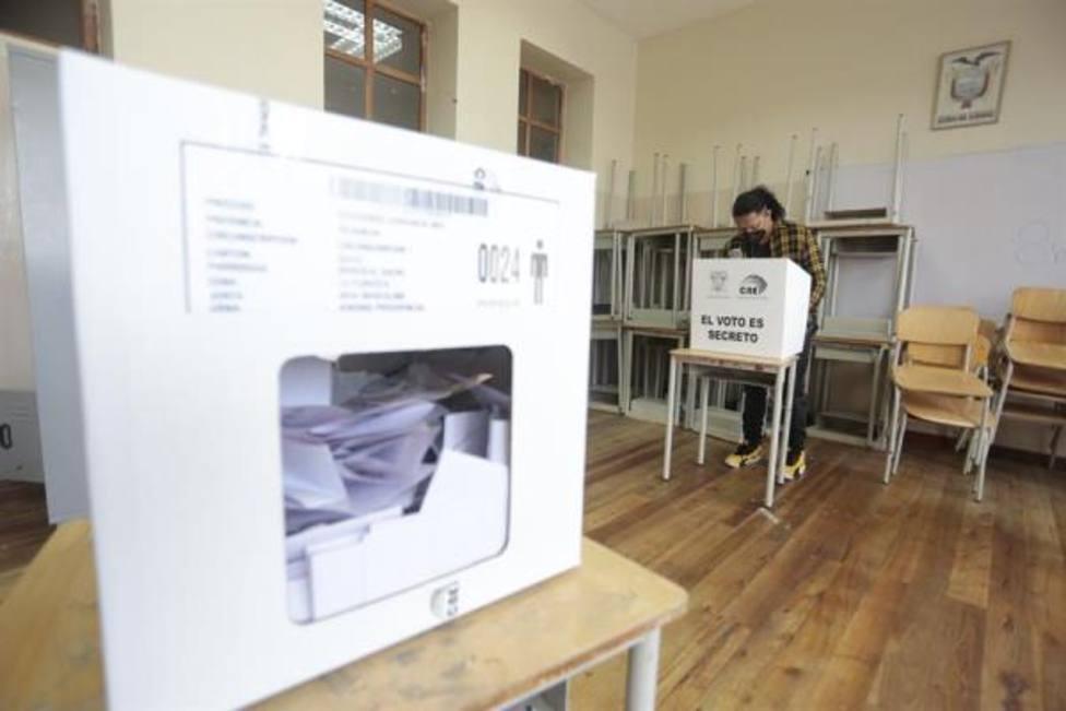 Miles de ecuatorianos en España concluyen su votación con una participación del 40 %