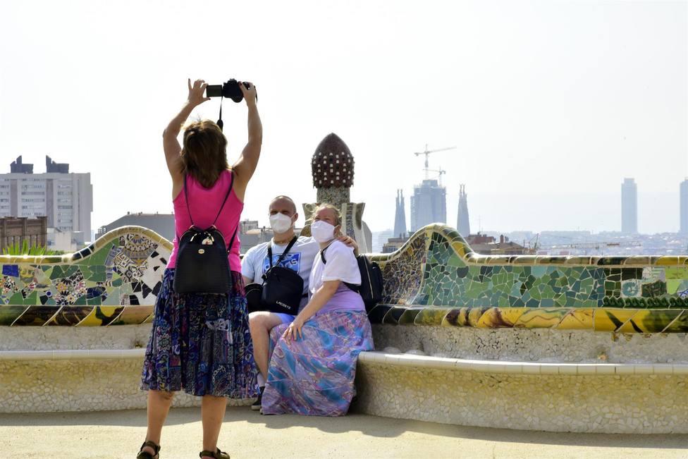 Turistas en la plaza de la Natura del Park Güell de Barcelona - David Oller - Europa Press - Archivo