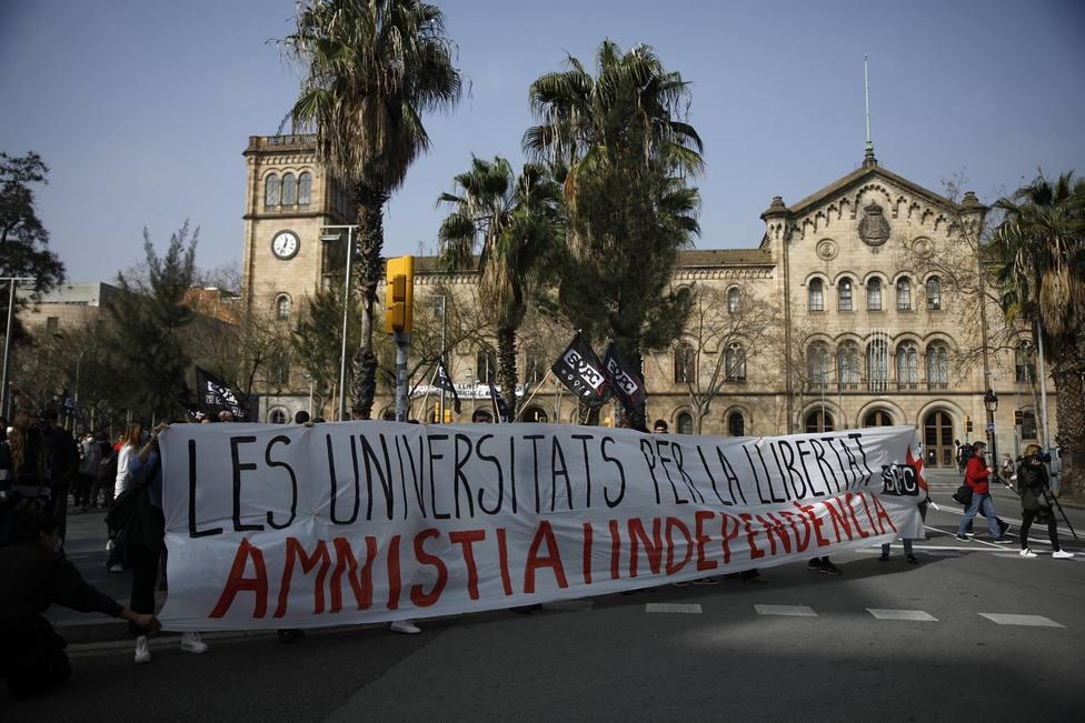 Varias personas sostienen una pancarta - Kike Rincón - Europa Press - Archivo