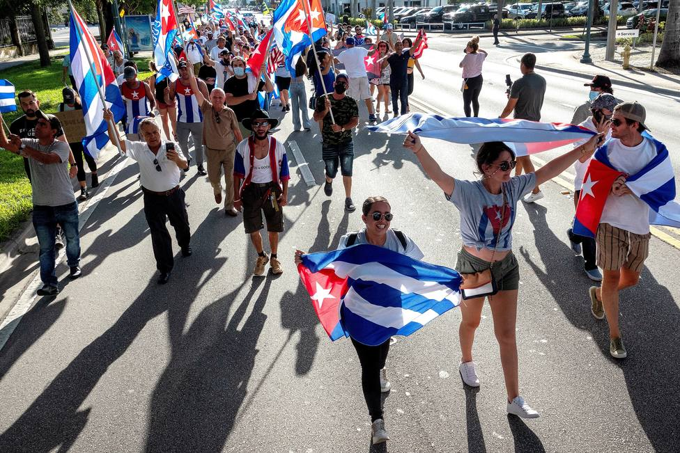 Residentes en Miami se manifiestan en apoyo a las protestas en Cuba