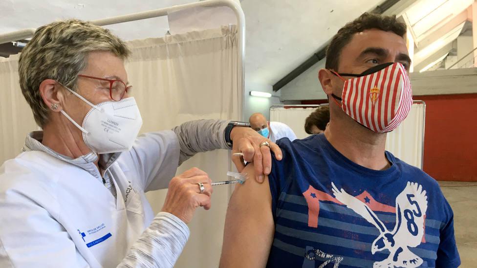 Joven recibiendo la vacuna en Gijón