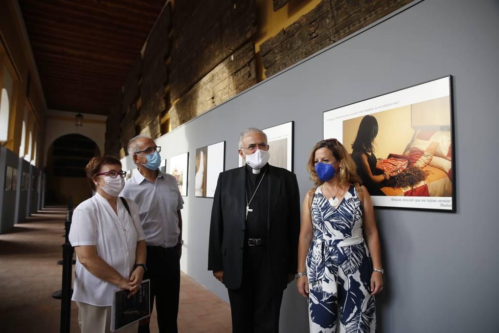 El obispo inaugura en el Patio de los Naranjos de la Mezquita una muestra fotográfica sobre la trata
