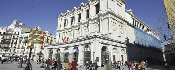 Varias personas pasean ante la fachada del Teatro Real de la Plaza de Oriente de Madrid. EFE