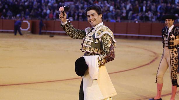 Pablo Aguado con la oreja obtenida este miércoles en la Real Maestranza de Sevilla