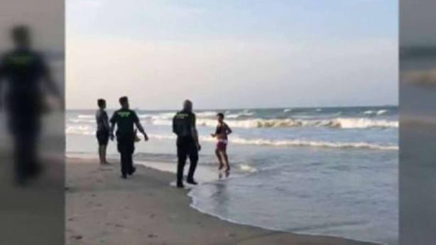 Detenido un bañista por negarse a salir de la playa con bandera roja en Valencia