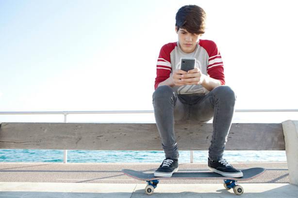 Los niños españoles pasan casi cinco horas diarias frente a alguna pantalla, según un estudio
