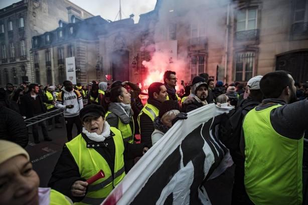 Enfrentamientos entre policías y chalecos amarillos: comienzan los primeros brotes de violencia