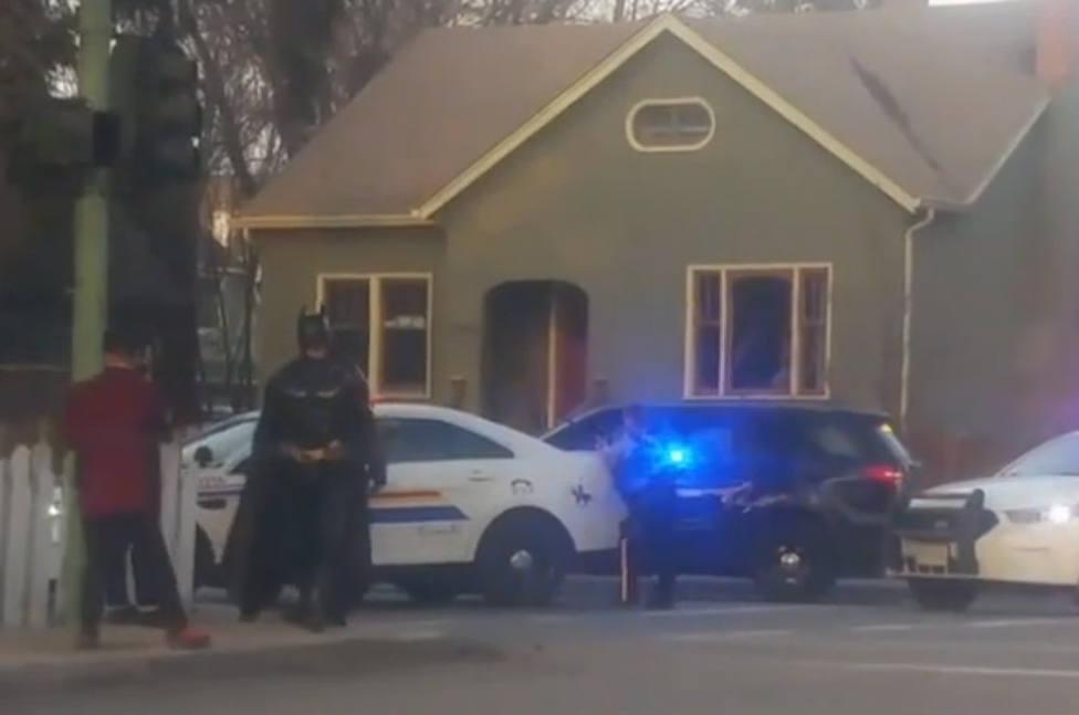 Un hombre disfrazado de Batman acude a ayudar a unos policías en un altercado doméstico