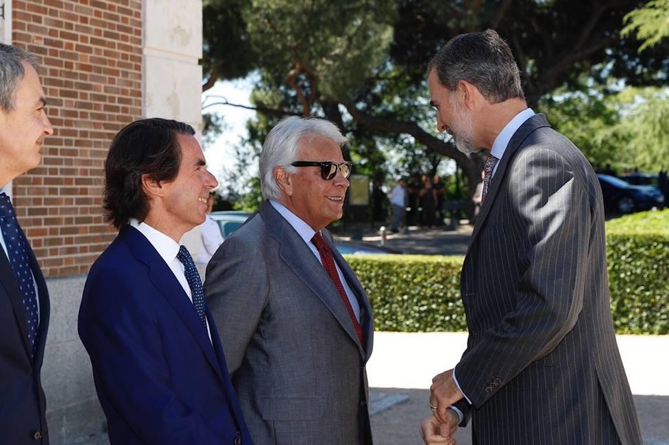 El expresidente del Gobierno, Felipe Gonzalez (3i) saluda al Rey Felipe VI (4i), antes de la reunión del Patronato del Real Instituto Elcano de Estudios Internacionales y Estratégicos, junto al expresidente del Gobierno, José Luis Rodríguez Zapat
