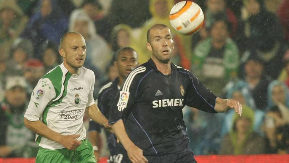 Zidane controla un balón junto a Matabuena. Foto de Jesús Aguilera - Diario AS