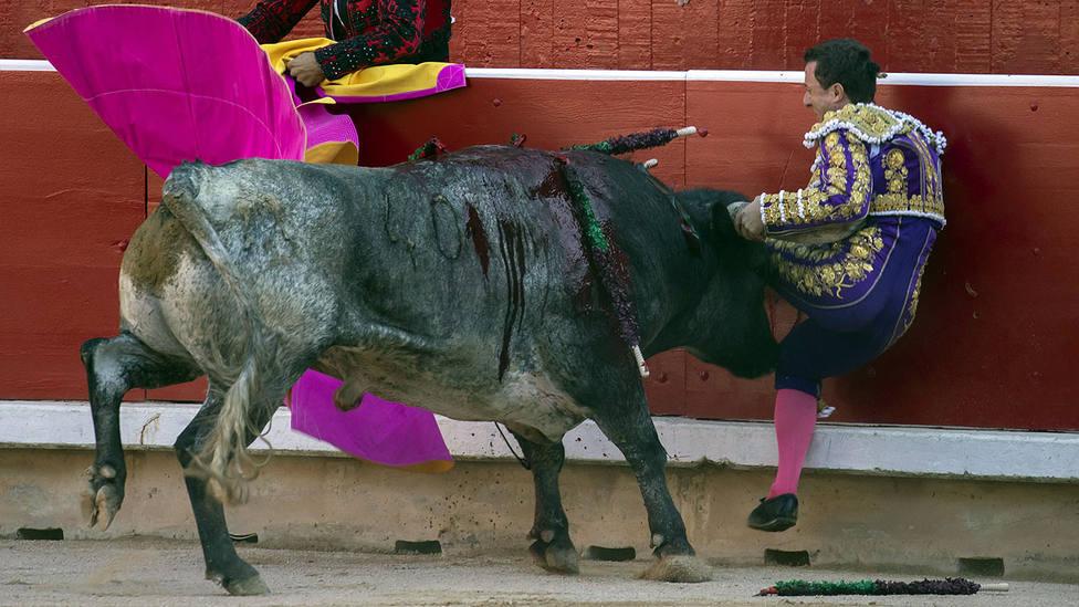 Momento del percance sufrido por Rafaelillo en la plaza de toros de Pamplona