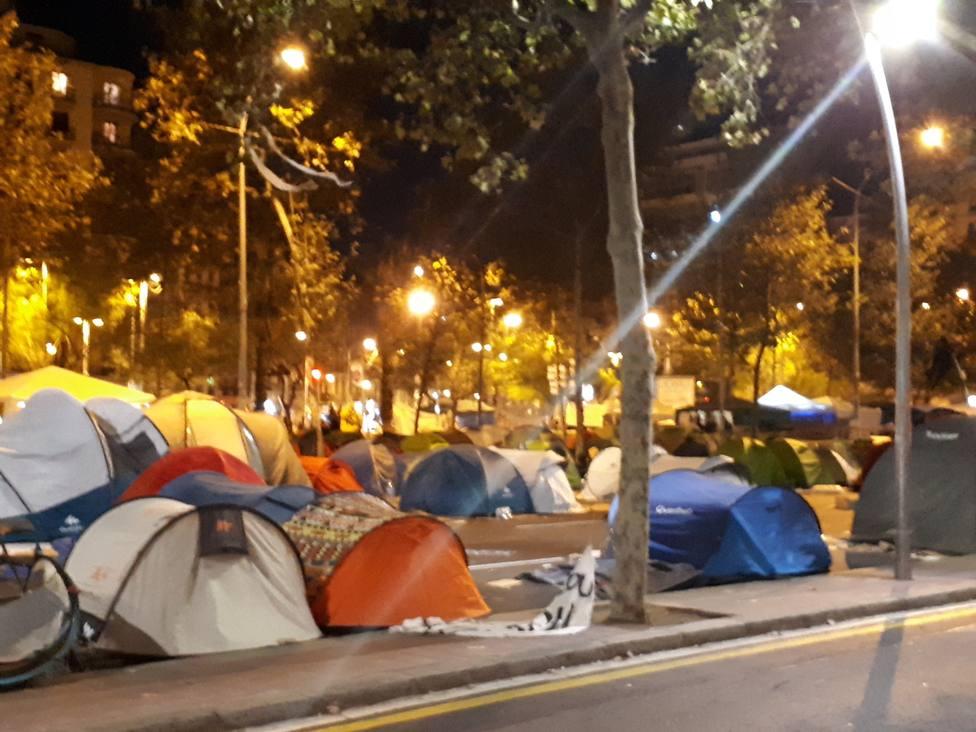 La acampada de plaza Universitat de Barcelona sigue igual pese a admitir que se han levantado algunas tiendas