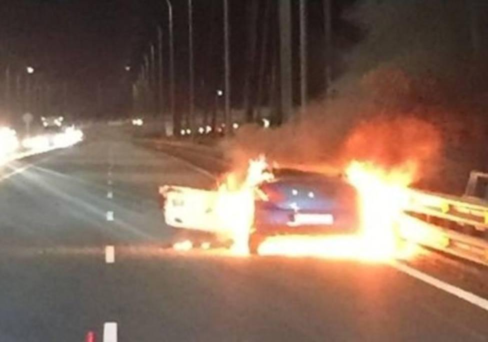 El incendio de un vehículo en Rande provoca enormes retenciones