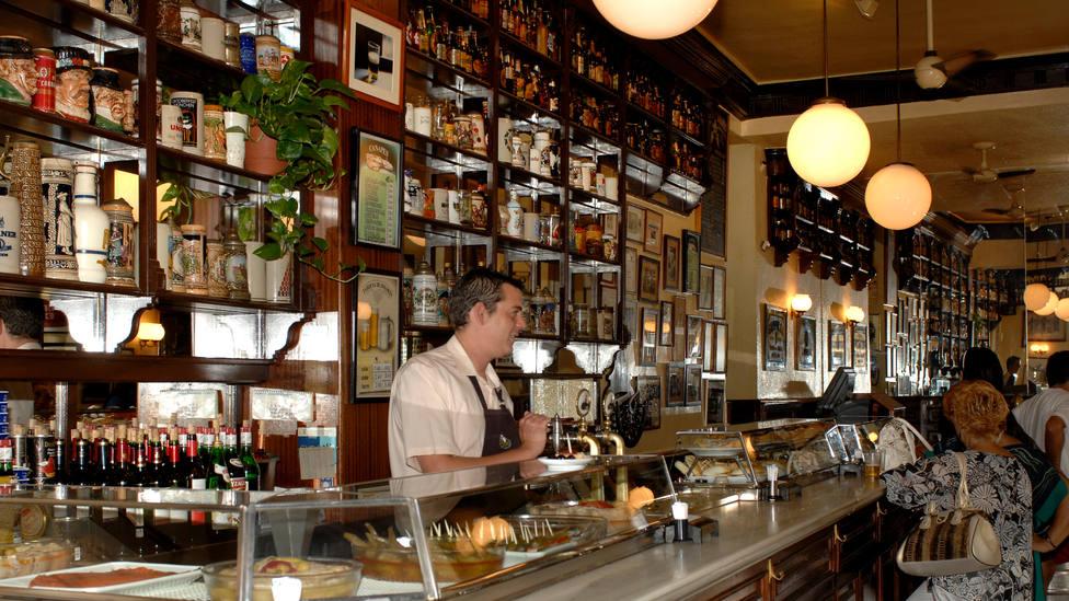 Un cliente critica a un camarero por llevar la bandera de España y recibe esta contundente respuesta