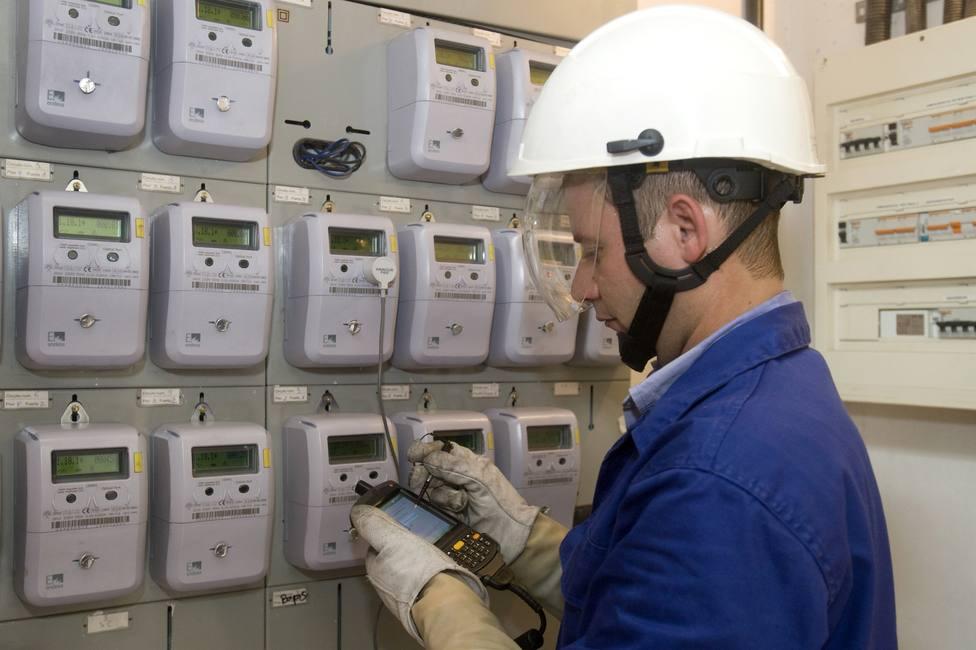 Foto de archivo de un operario en una zona de contadores eléctricos - FOTO: Endesa
