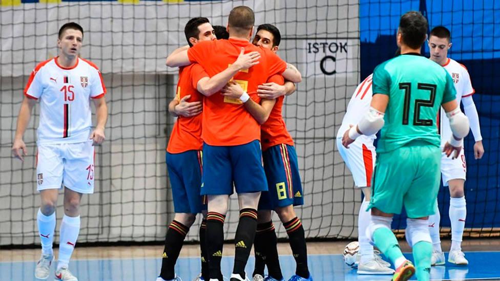 España celebra uno de los cinco goles conseguidos ante Serbia en el Pre-Mundial de fútbol sala (@SeFútbol)
