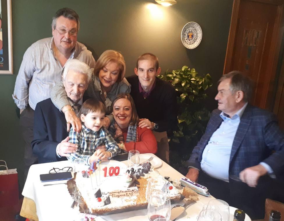Miguel Durán Rey rodeado de su familia celebrando sus 100 años de vida - FOTO: Cedida