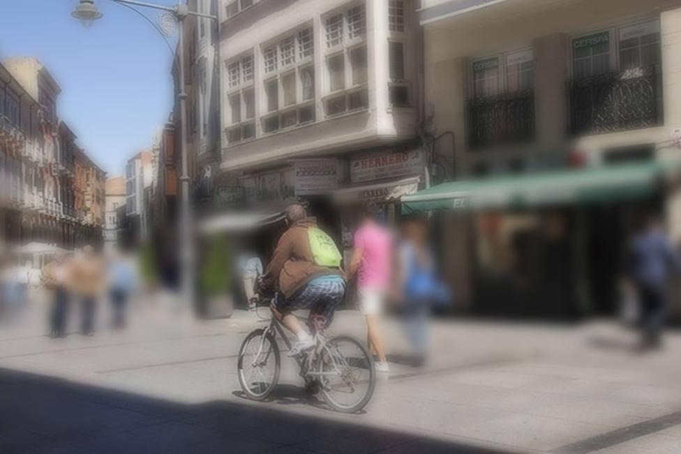 La normativa permitirá circular de 21:00h a 8:00 a patinetes y bicicletas por aceras y calles peatonales