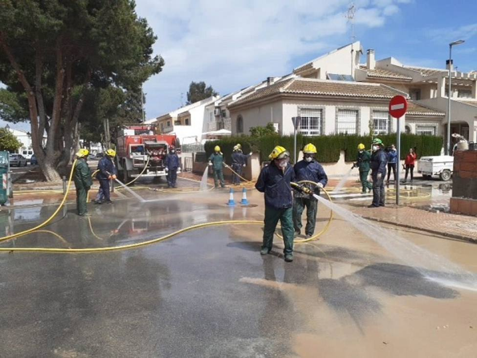 Brigadas forestales de siete municipios participan en labores de limpieza en Los Alcázares