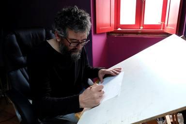 Lamas ofrece la posibilidad de aprender a dibujar para todos los niveles y edades - FOTO: EFE / Kiko Delgado