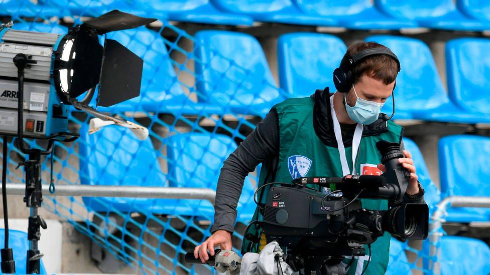 Un operador de cámara trabaja en un estadio vacío. CORDONPRESS