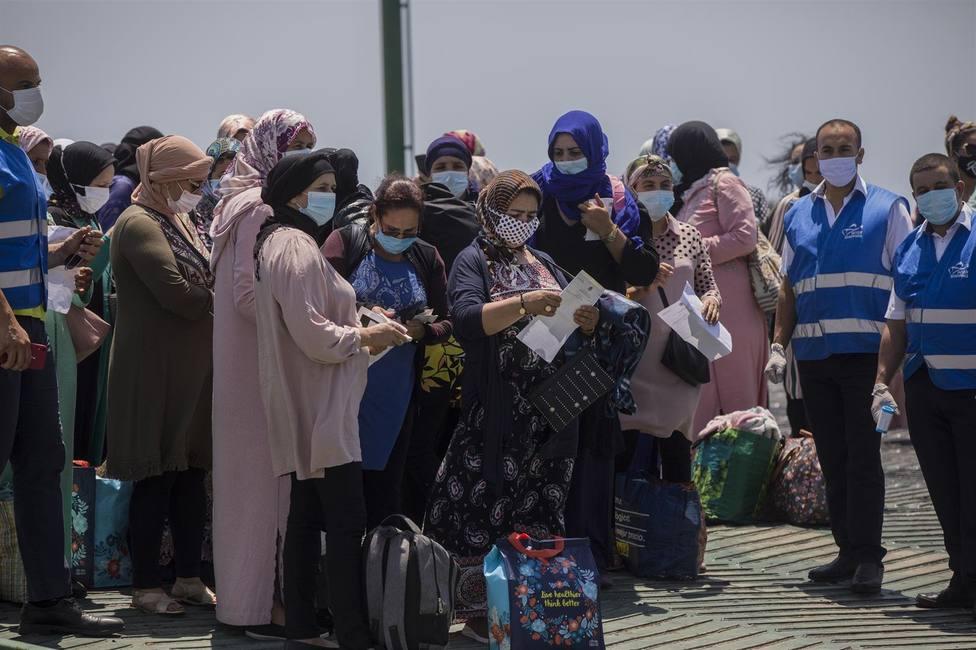 Varias temporeras marroquíes embarcan desde el Muelle Sur del Puerto de Huelva