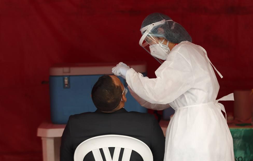Foto de archivo de la realización de una prueba PCR - FOTO: EFE / Mauricio Dueñas Castañeda