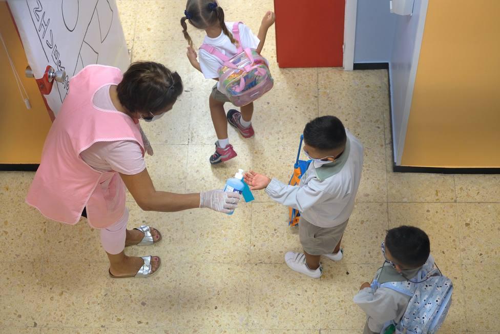 Foto de archivo de unos escolares preparados ante el coronavirus - FOTO: EFE / Carlos de Saá