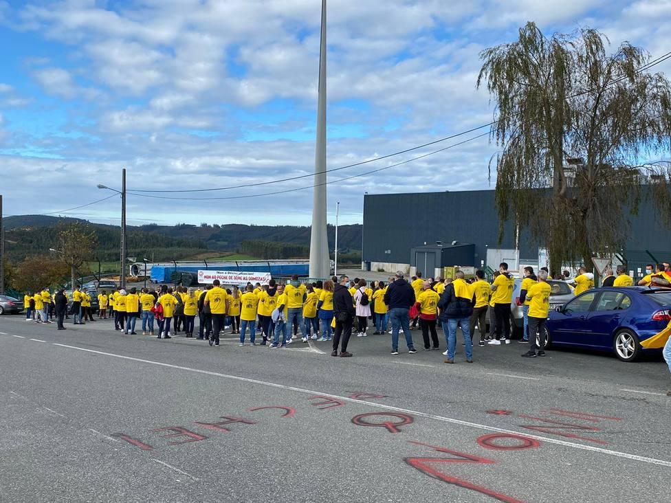 Los trabajadores se han enfundado unas llamativas camisestas amarillas - FOTO: Cedida