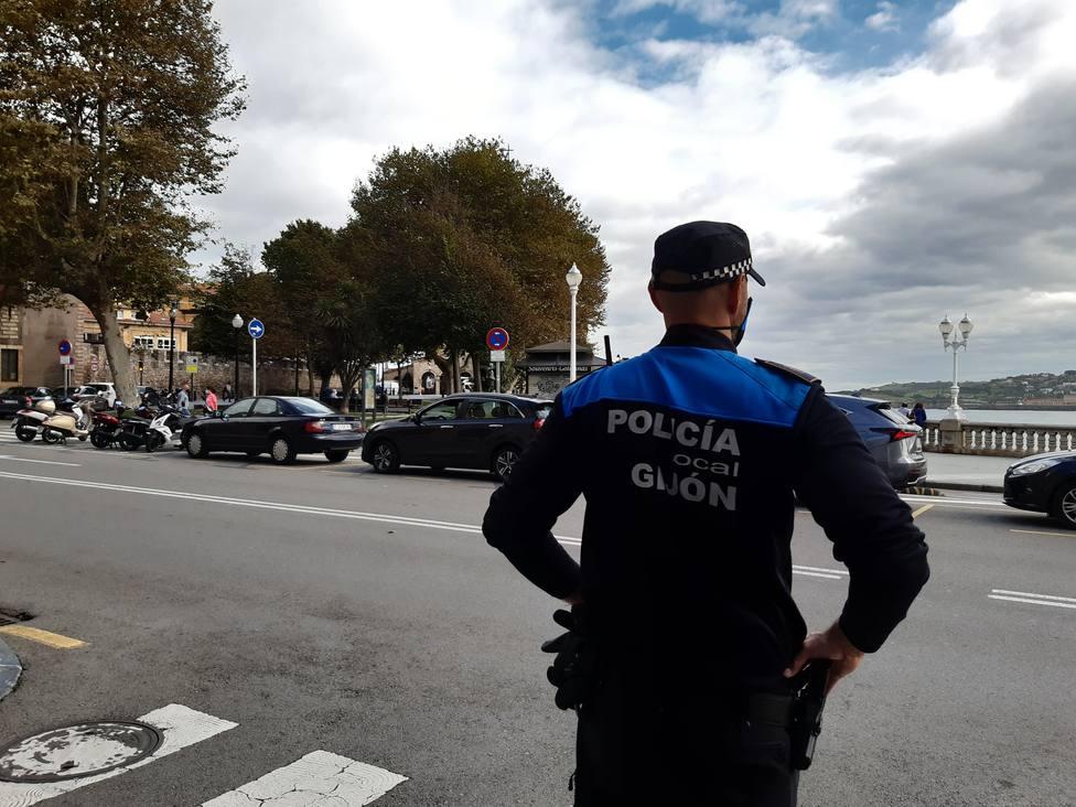 Foto Policía local de espaldas en el Ayuntamiento (COPE Gijón)