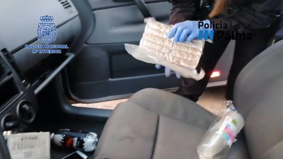 Agentes registran en el vehículo.