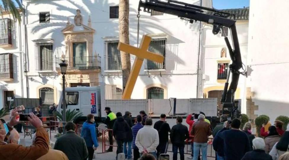 Encuentran en un vertedero la cruz que ordenó derribar la alcaldesa de IU en un pueblo de Córdoba