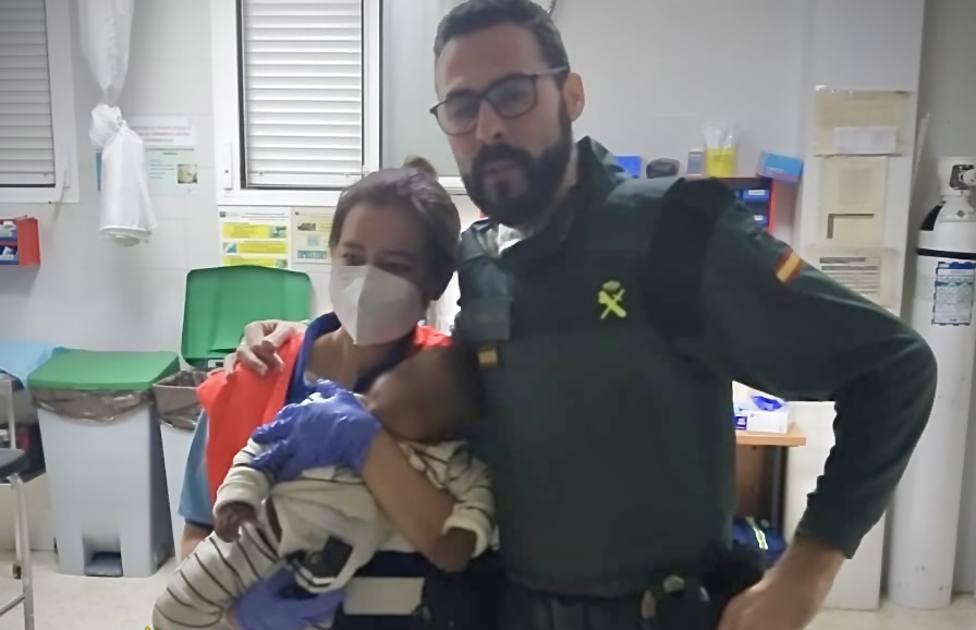 La Guardia Civil salva la vida a un bebé en Roquetas de Mar que se tragó el tapón de un botellín