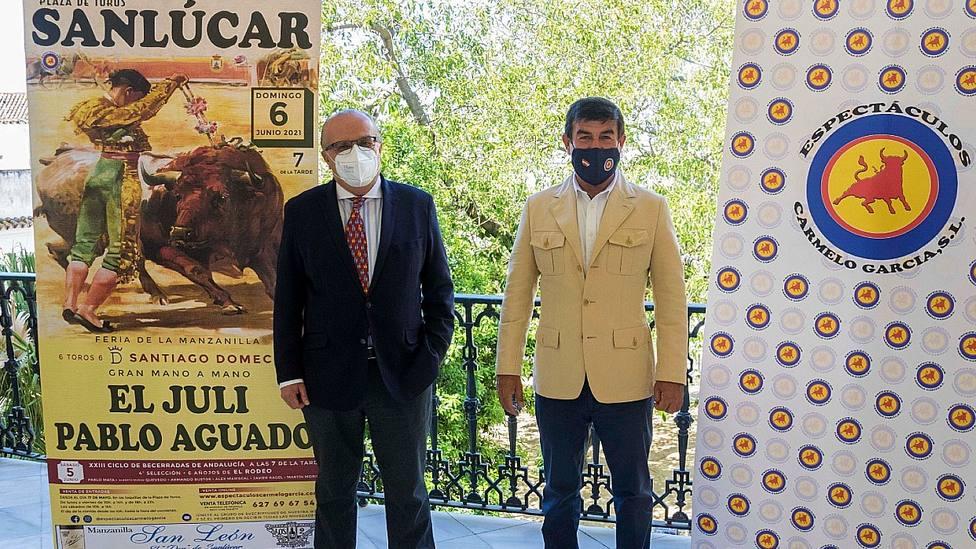 El concejal Manuel Lobato y el empresario Carmelo García junto al cartel de Sanlúcar de Barrameda