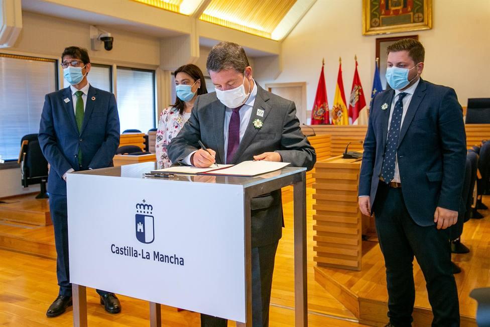 El presidente de Castilla-La Mancha, Emiliano García-Page, firma un convenio de colaboración