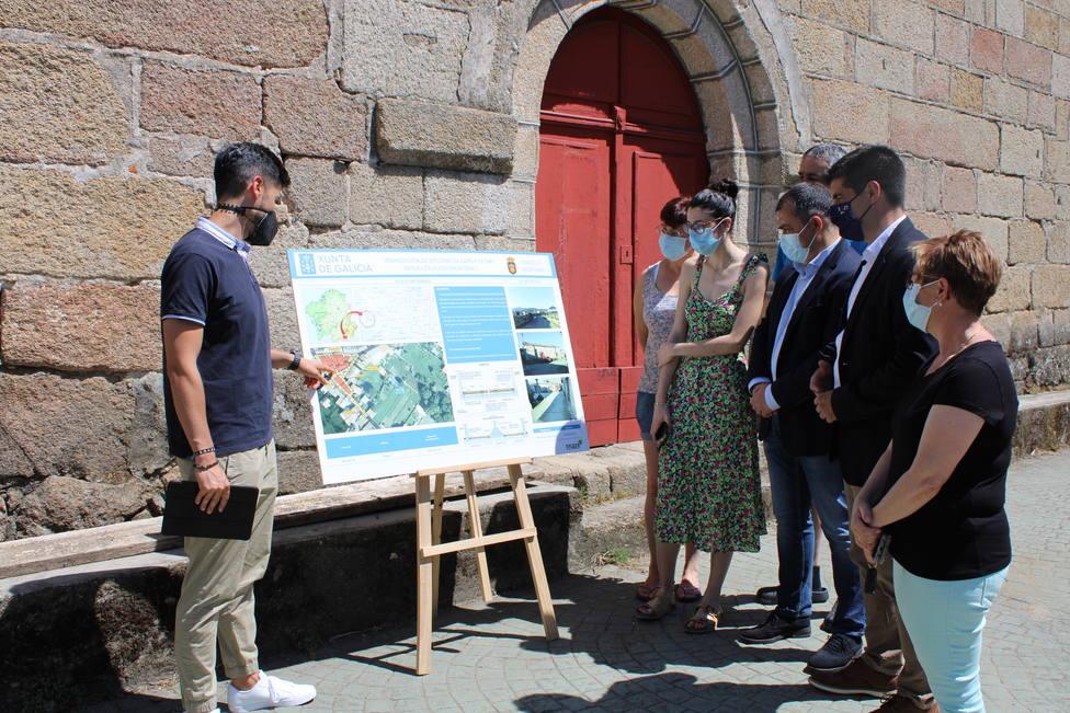 El delegado de la Xunta y el alcalde de Monterrei, en la presentación del proyecto