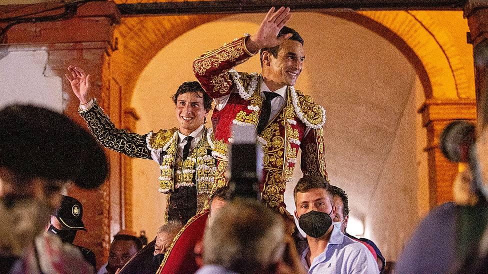 José María Manzanares y Andrés Roca Rey en su salida a hombros en Castellón