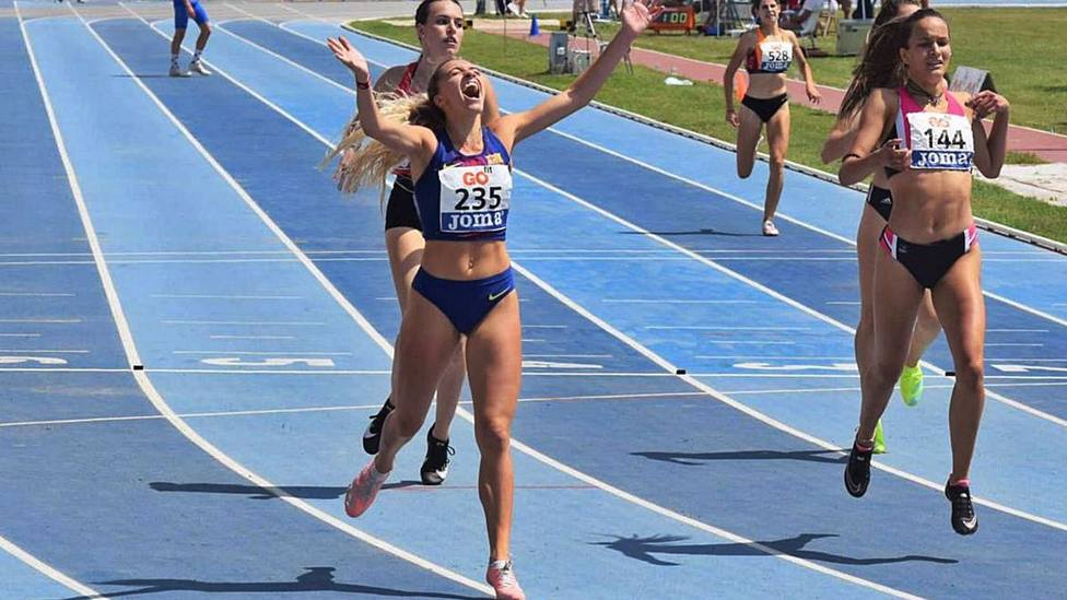 Lucía Pinacchio celebrando la victoria en los 400 metros