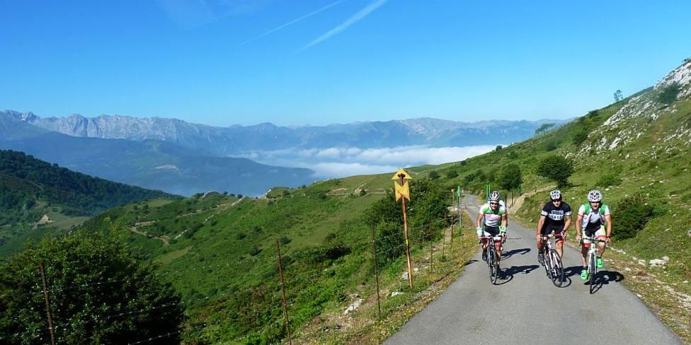 Ciclistas subiendo al Alto del Gamoniteiro