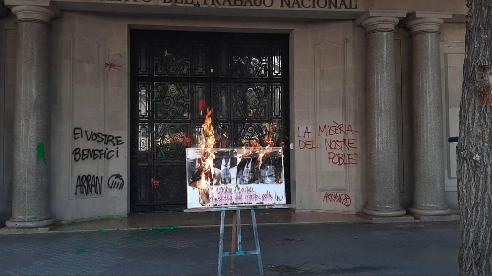 Arran quema las fotos de Florentino Pérez, Josep Sánchez Llibre, Jaume Giró y José Ignacio Sánchez Galán