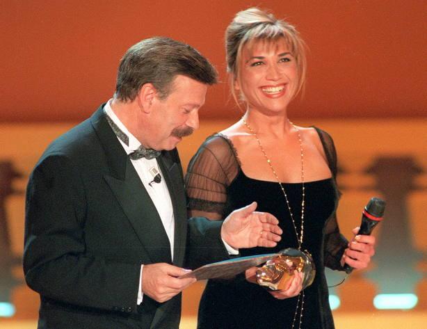 el periodista José María Íñigo, conductor de la gala, hace entrega a la también periodista Julia Otero del premio Queridísimos 94