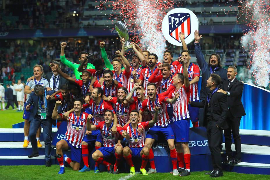 El Atlético de Madrid recibe el trofeo de campeón de la Supercopa de Europa (Cordon Press)