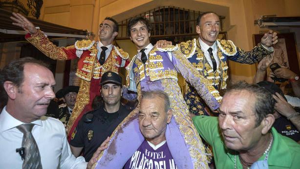 El Fandi, Roca Rey y Pepín Liria en su salida a hombros este martes en Murcia