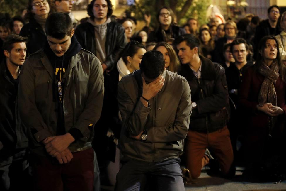 París sale a la calle a rezar por el cese del incendio en Notre Dame