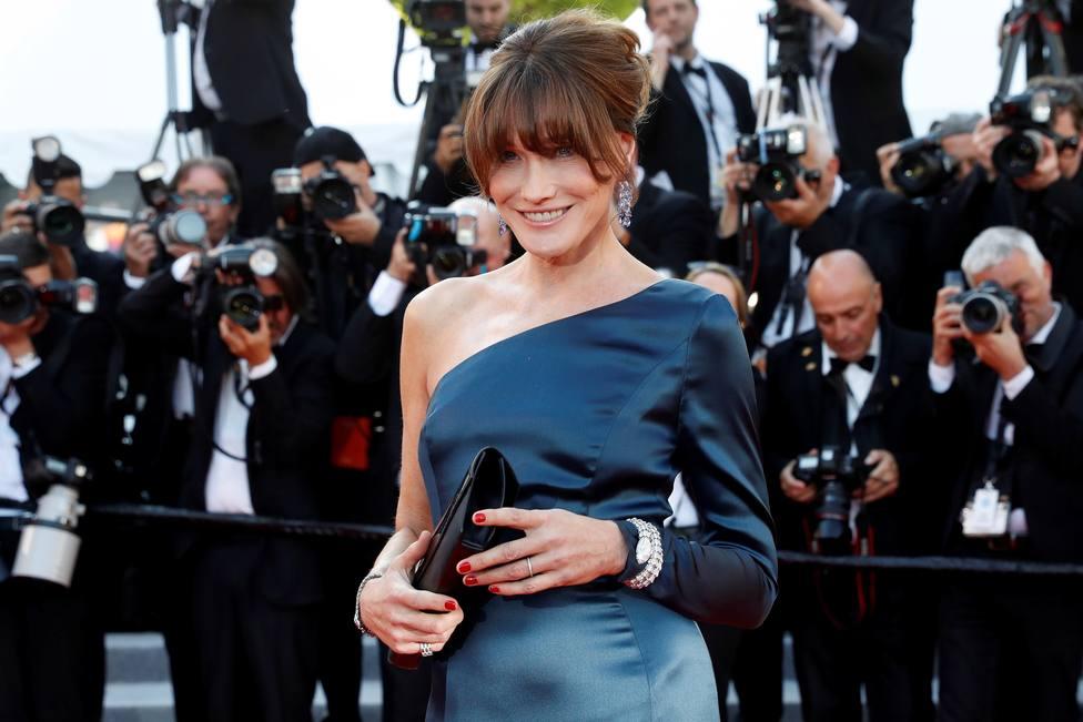 La actriz italo-francesa Carla Bruni posa para los medios antes de la proyección de Los miserables