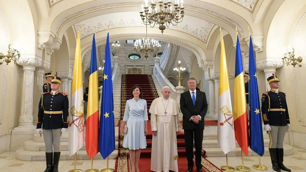 Francisco ha sido recibido por el Presidente de Rumania, Klaus Werner Iohannis y su esposa