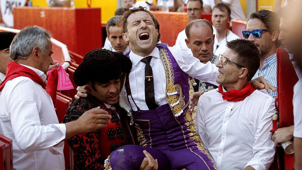 Rafaelillo siendo conducido a la enfermería de la plaza de Pamplona tras su percance