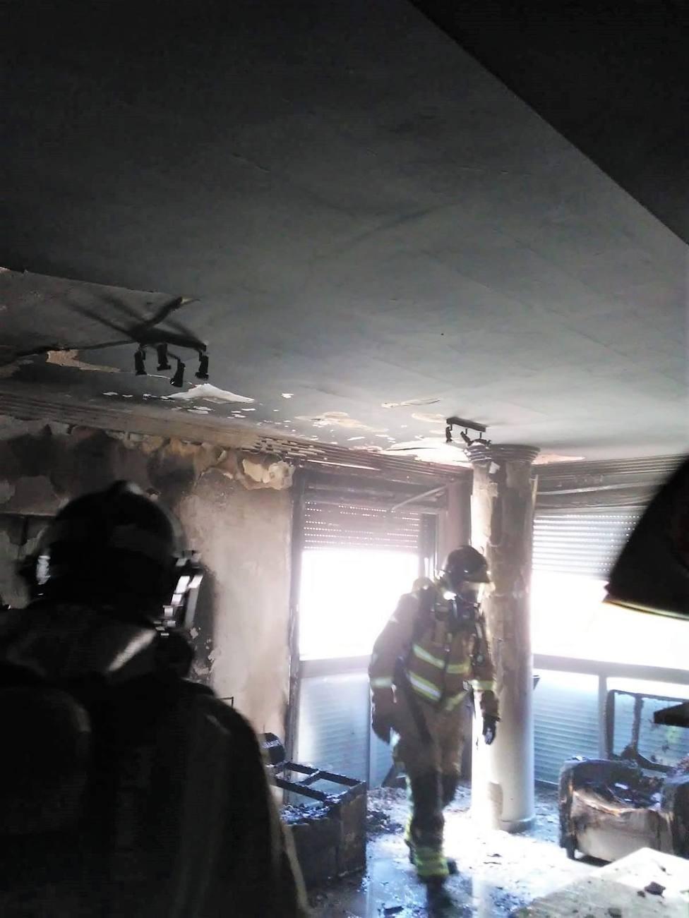 Bomberos apagan el incendio en el interior de un piso del barrio de La Viña de Lorca